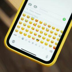 czy używać emoji